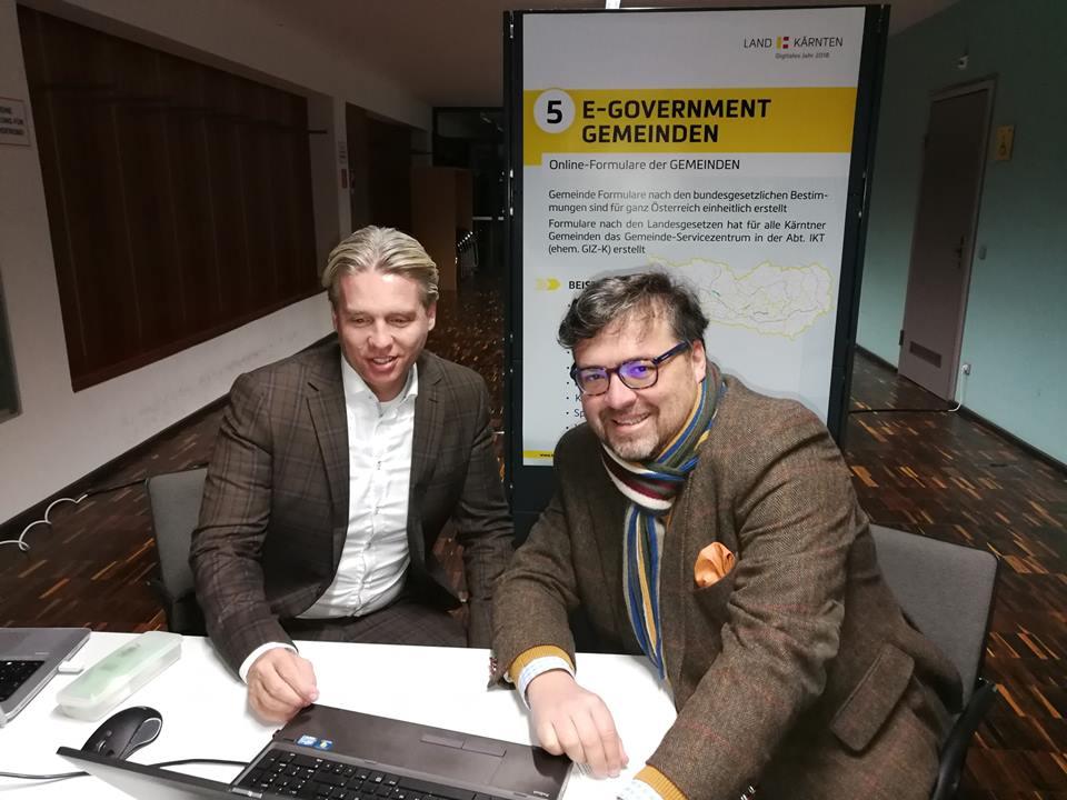 St. Veits Gemeinderat Christian Passim (re.) im Austausch mit Martin Ebenberger, Dipl.FW MSc, von der Abteilung Informations- und Kommunikationstechnologie des Gemeinde Servicezentrum.