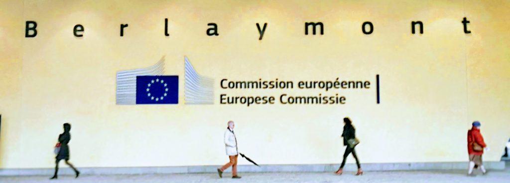 Personen, die am Berlaymont-Gebäude, dem Sitz der Eüropäischen Kommission, in Brüssel vorbeigehen.