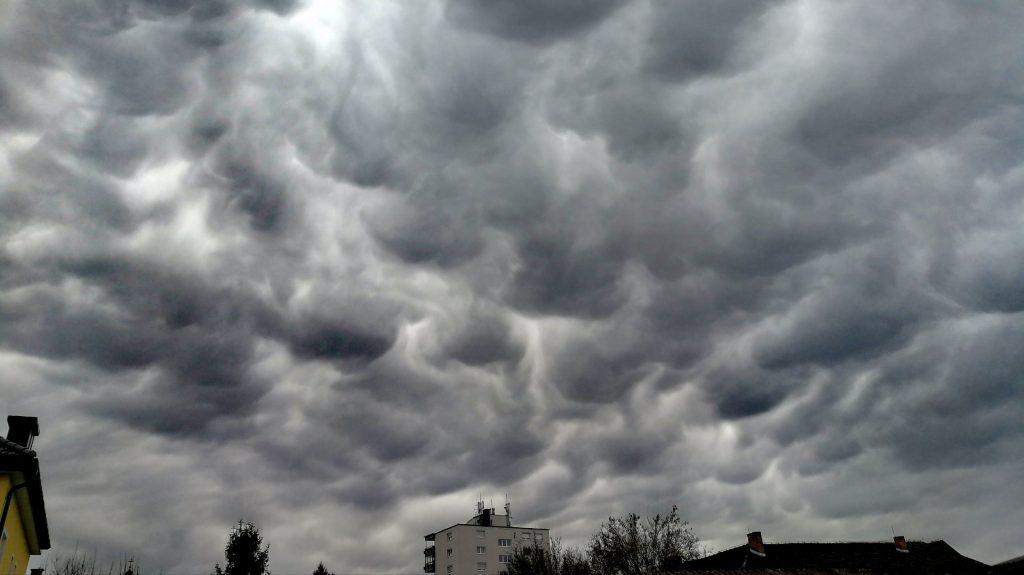 Dunkle Wolken über St. Veit/Glan Verköpern den Klimawandel