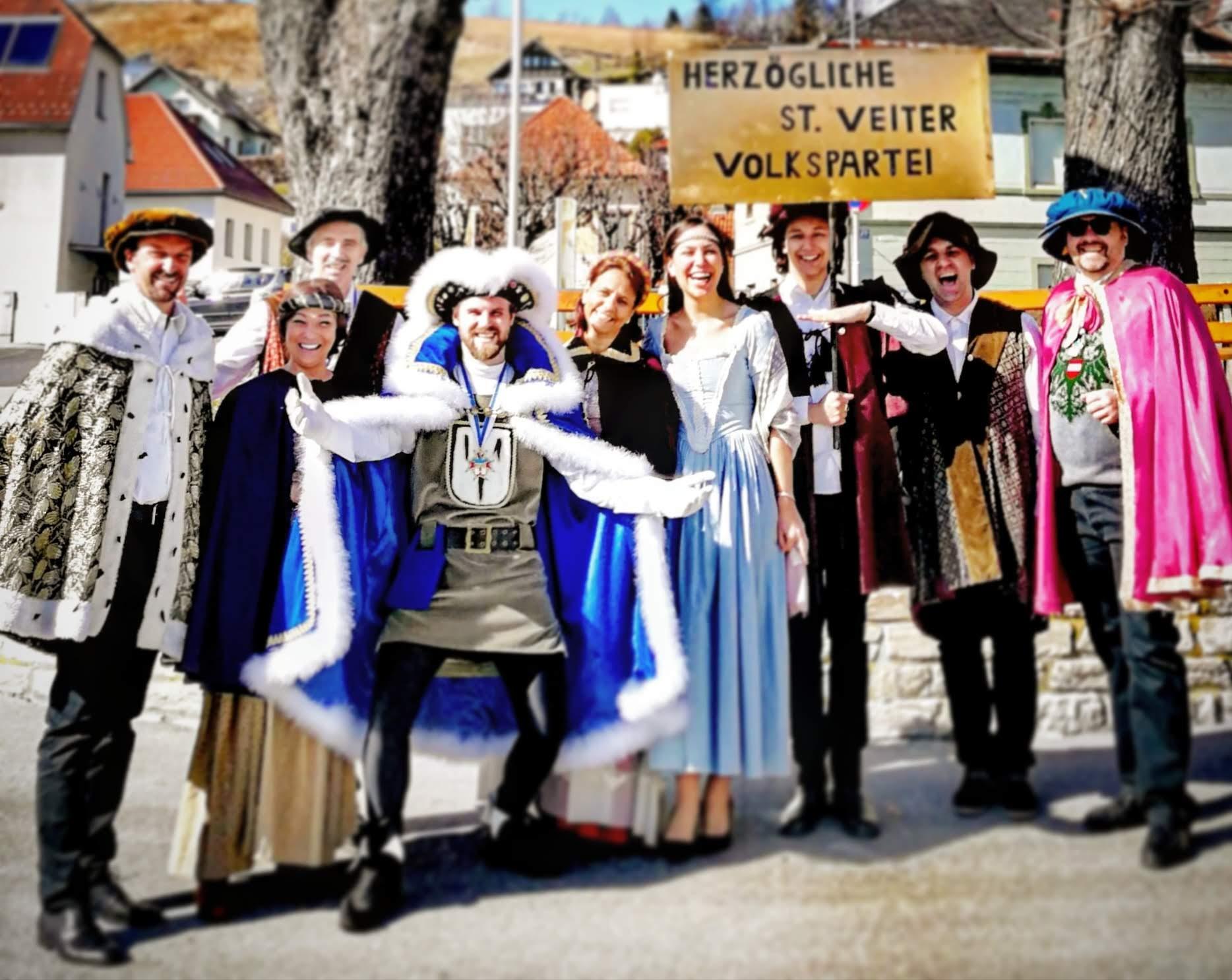 Vor Beginn des St, Veiter  Faschingsumzugs 2019: Herzog Philipp I. (vierter von links) freut sich über Vizebürgermeister Rudi Egger (erster von links) und seine Herzögliche St. Veiter Volkspartei.