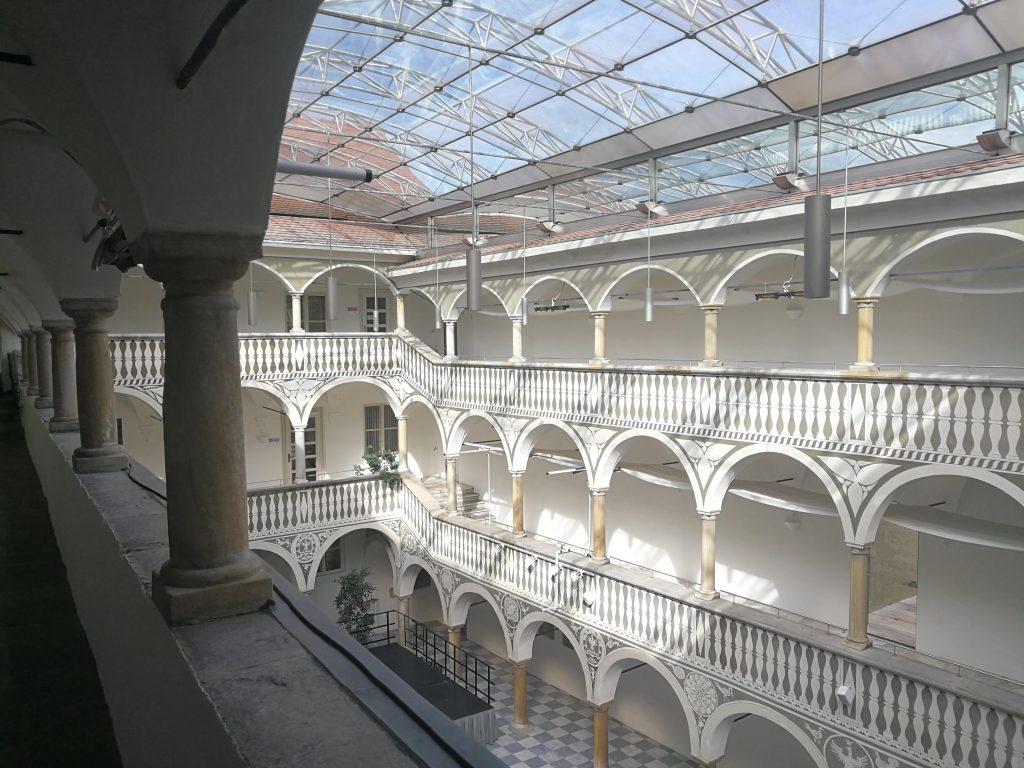 Der überdachte Innenof des Rathauses der Stadtgemeinde St. Veit an der Glan.