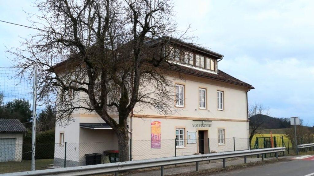 Das aktuelle Schulgebäude der Volksschule Hörzendorf in Arndorf 5 bei St. Veit an der Glan.