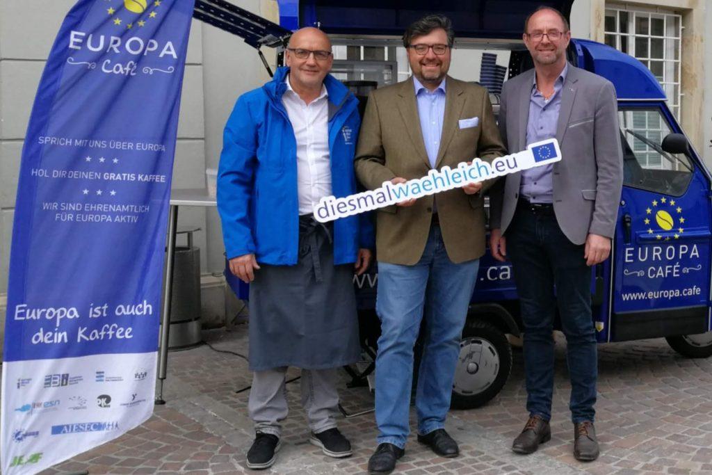Europa-Gemeinderat Christian Passin mit dem Europa Café vor dem St. Veiter Rathaus. Auch hier gab es Europawahlinfos.