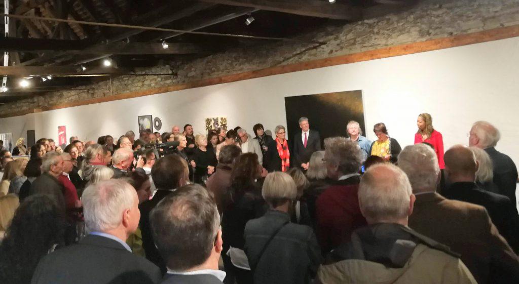 Rund 200 Besucher bei der Eröffnung von EXIT 27 in derSt. Veiter Galerie Herzogburg.