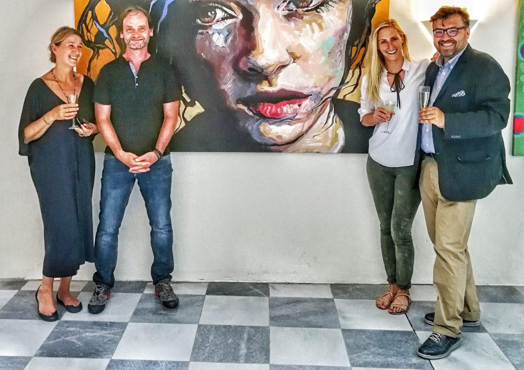 Vernissage Wolfgang Abfalter - der Künstler mit begeisterten Vernissagenpublikum