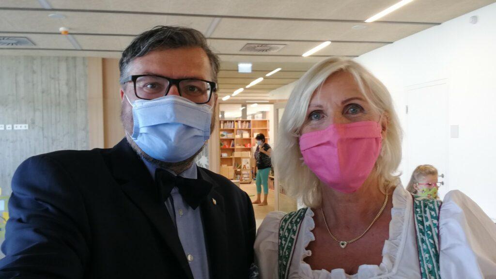 Eröffnung Volksschule Hörzendorf. Gemeinderat Christian Passin mit Frau Direktorin Marlene Wiery.